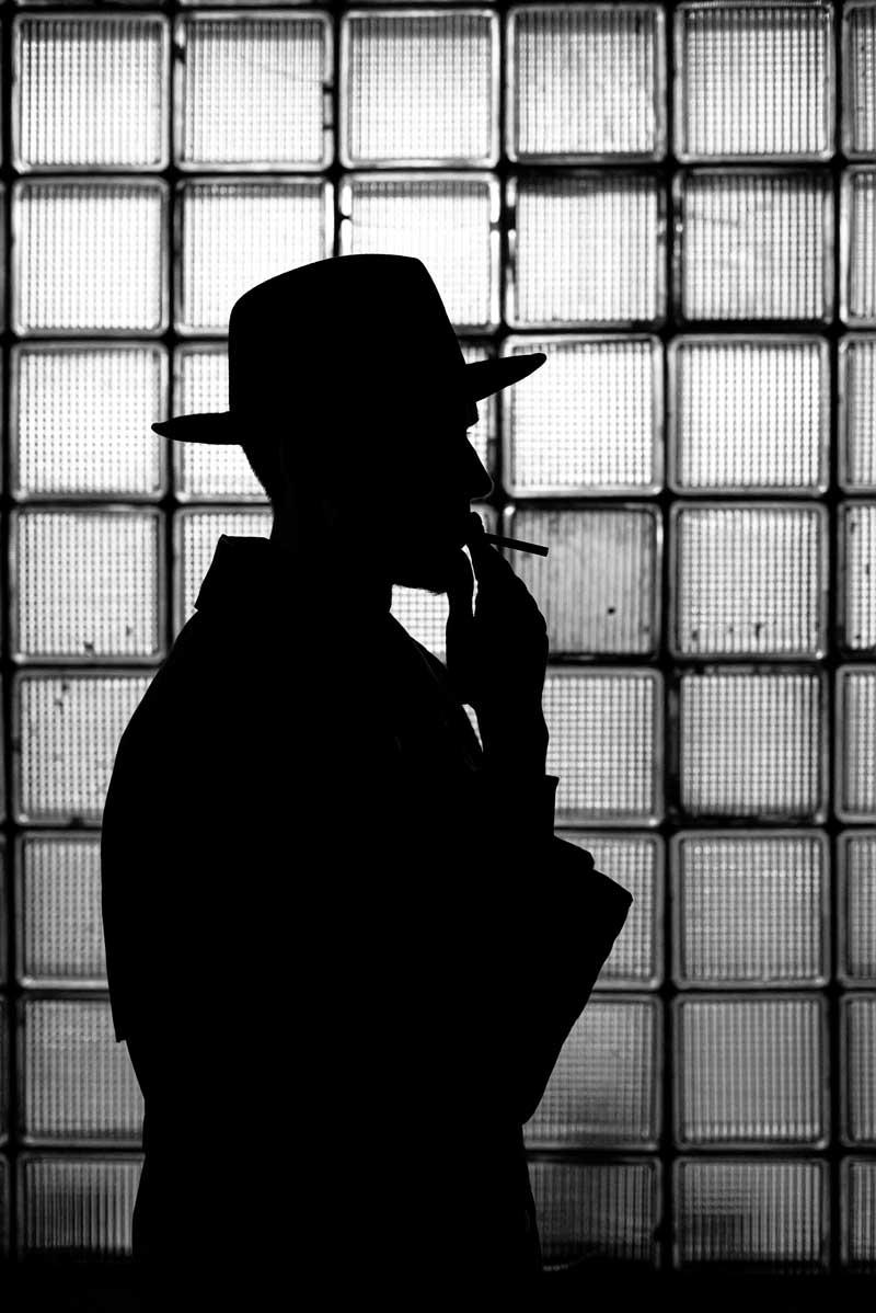 عکس استوک سیاه سفید مرد سیگار به دست